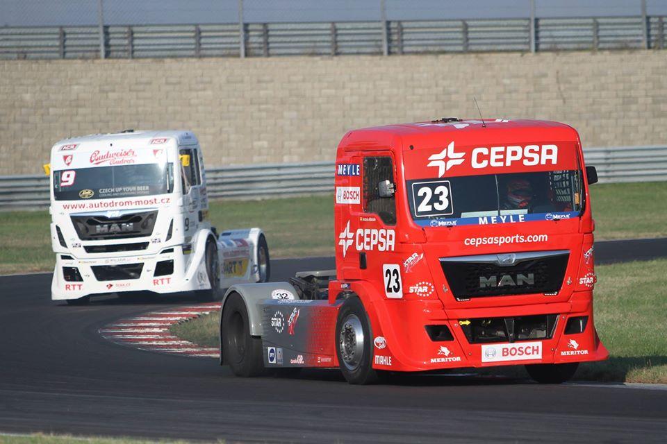 Antonio Albacete con el camión del Cepsa Truck Team